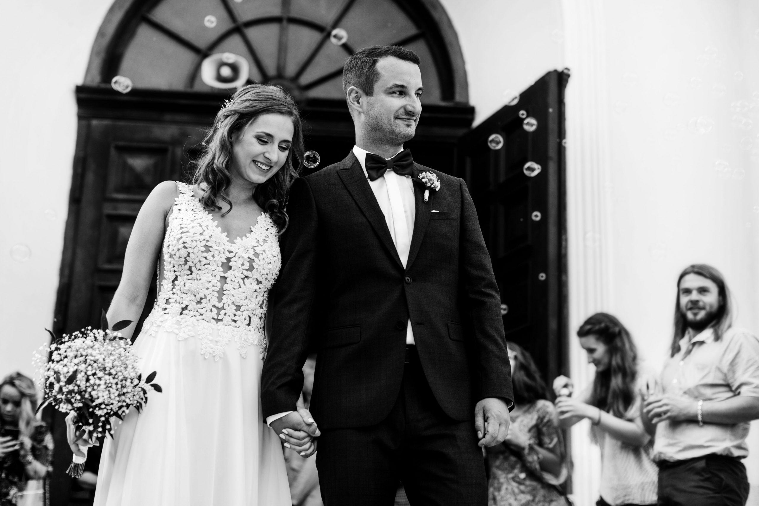 Para Młoda, goście i bańki mydlane po ceremonii ślubnej