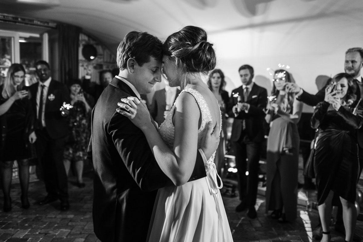 Przytulająca się para młoda podczas wesela w restauracji Amber Room