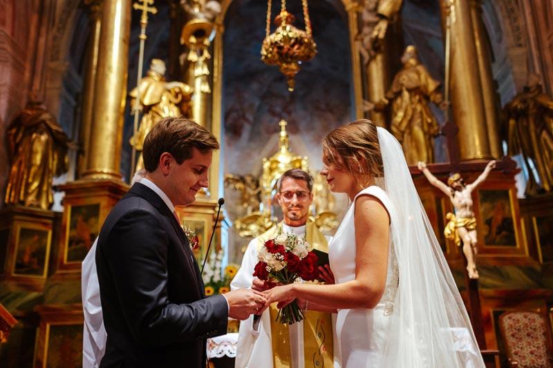 Para Młoda składająca przysięgę małżeńską w kościele św. Anny