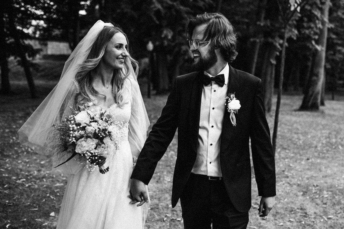 Klasyczne czarno-białe zdjęcie ślubne